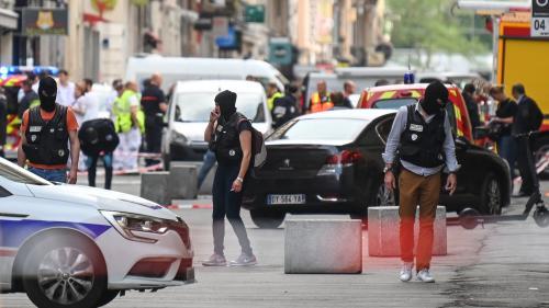 """VIDEO. """"On a entendu une grosse explosion"""" : un homme toujours recherché après une détonation en plein centre de Lyon"""