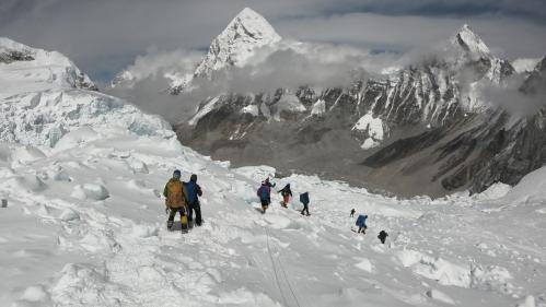 """Embouteillages dans l'Everest : """"Il y a des gens pas très scrupuleux qui font du business maximum""""   https://www.francetvinfo.fr/sports/sports-extremes/embouteillages-dans-l-everest-il-y-a-des-gens-pas-tres-scrupuleux-qui-font-du-business-maximum_3458797."""