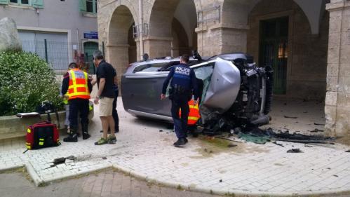 Hérault : un couple de septuagénaires percute la mairie en voiture en allant voter aux européennes