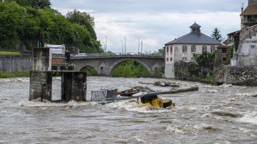 VIDEO. Ariège : des engins de chantier emportés par une inondation après la rupture d'une digue