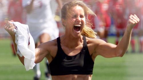 Le jour où Brandi Chastain a tombé le maillot en finale de la Coupe du monde féminine : dans les coulisses d'une photo historique