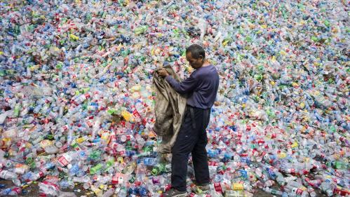 On vous explique pourquoi le recyclage du plastique est en train de créer une crise mondiale des déchets
