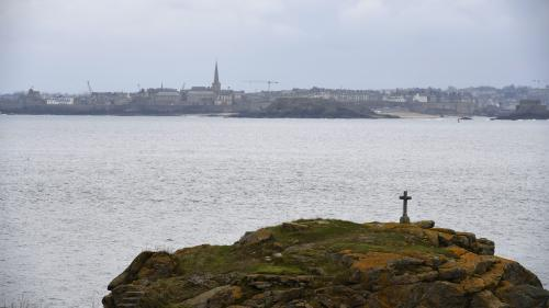 """VIDEO. """"Ce matin, il faisait froid"""" : la Bretagne devient un eldorado pour échapper à la canicule"""