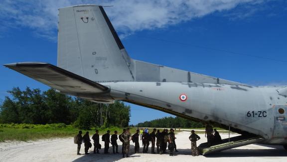 Militaires français embarquant dans un vol au départ de l\'île Juan Nova, des îles Eparses