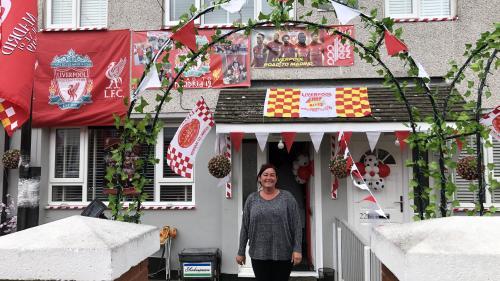 """""""Une passion dévorante"""" : à Liverpool, les supporters décorent les rues en rouge avant la finale de la Ligue des champions"""