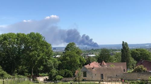 VIDEO. Val-d'Oise : un violent incendie ravage une zone d'activités, une entreprise spécialisée dans le traitement des déchets industriels touchée