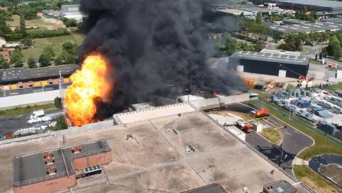VIDEO. Val-d'Oise : les images spectaculaires d'un violent incendie qui ravage une entreprise de traitement de déchets dangereux
