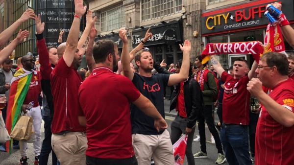 """""""On ne va pas dormir"""" : à Liverpool, les supporters ont fêté toute la nuit la victoire de leur équipe en Ligue des champions"""