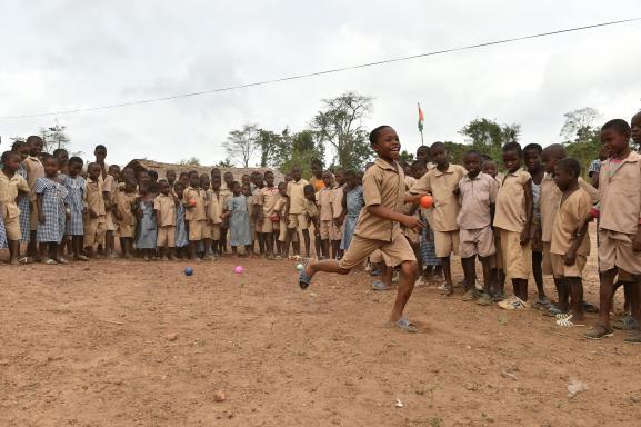 Des enfants jouent aux boules dans la cour d\'une école primaire dans le village de Goboue (sud-ouest de la Côte d\'Ivoire) le 7 mars 2016.