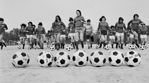 VIDEO. Interdiction, moquerie et sexisme : le chemin de croix du football féminin en France