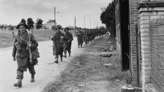Des soldats britanniques à Bénouville (Calvados), en juin 1944.