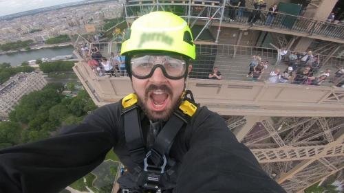 """VIDEO. """"Une descente impressionnante"""" : on a testé pour vous la tyrolienne géante de la tour Eiffel"""