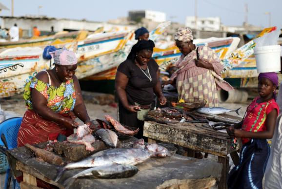 Femmes sur un marché de poissons à Dakar, capitale du Sénégal, le 26 octobre 2018