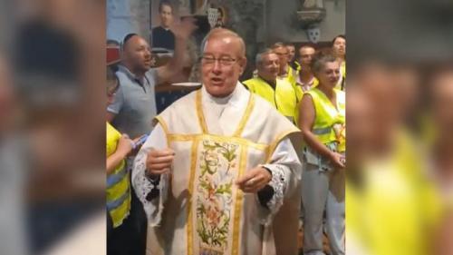 """""""Gilets jaunes"""" : qui est l'abbé Michel, dans la tourmente après avoir entonné un chant anti-Macron à la fin d'une messe ?"""