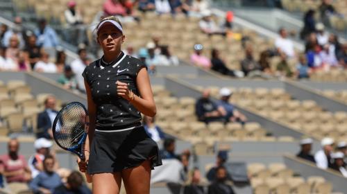 Amanda Anisimova, 17 ans et 51e mondiale, fait sensation en écartant Simona Halep, tenante du titre