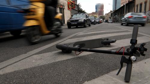 Vitesse, stationnement et accident mortel... La trottinette électrique est-elle passée d'engin ludique à danger public ?