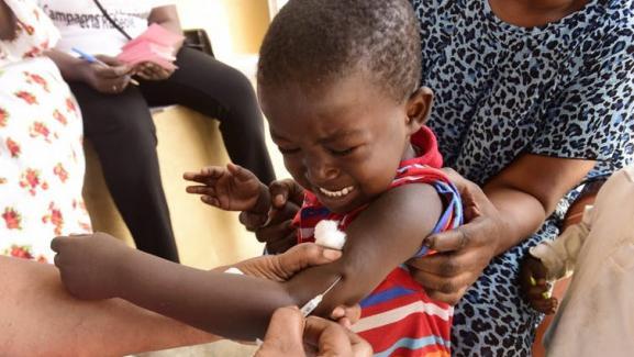 Un vaccin contre la rougeole est donné à un enfant dans un centre de soins près de Dakar, 2017.