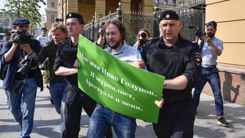 Des journalistes russes arrêtés à Moscou lors d'une action de soutien à un confrère détenu