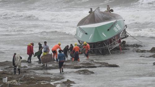 Naufrage d'un bateau de la SNSM : Emmanuel Macron décerne la Légion d'honneur aux trois sauveteurs tués