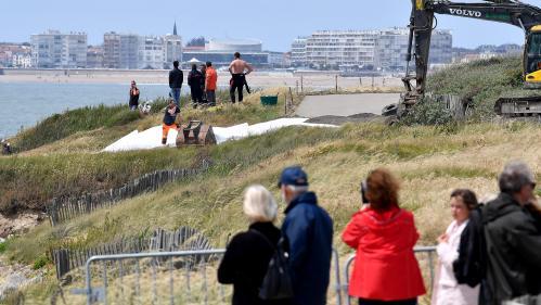 """""""La ville est triste"""" : après le naufrage du bateau de la SNSM, l'heure est au recueillement aux Sables-d'Olonne"""