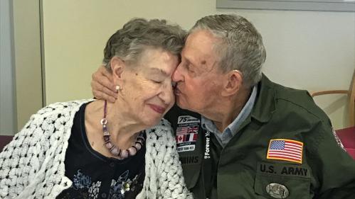 """DOCUMENT FRANCE 2. """"Tu n'as jamais quitté mon cœur"""" : 75 ans après, les retrouvailles d'un soldat américain et de la Française qu'il a aimée pendant la guerre"""