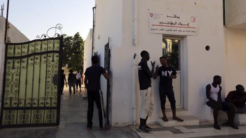 """""""Les foyers sont complets"""" : la Tunisie refuse d'accueillir plusieurs dizaines de migrants bloqués au large de ses côtes"""
