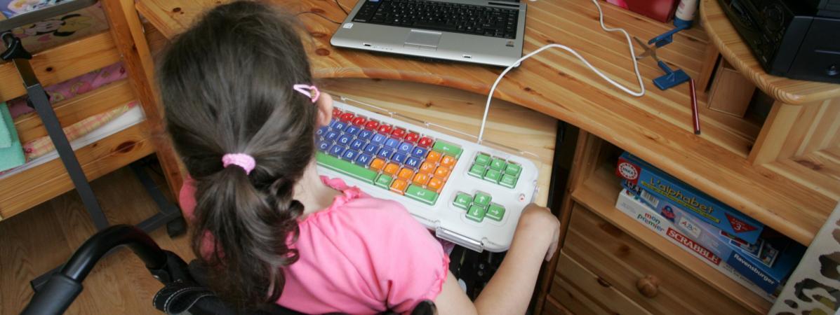 """Scolarisation des enfants handicapés : """"L'aspect formation est complètement absent"""" du plan du gouvernement.Scolarisation d'une enfant handicapée (illustration)."""