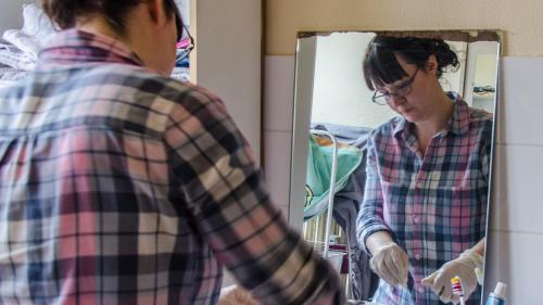 """""""Ce sont des gens que la société ne regarde plus"""" : on a suivi une aide à domicile au chevet de personnes dépendantes"""