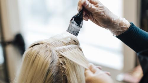 Asthme, rhinite, urticaire... les décolorants pour cheveux sont dangereux pour la santé, selon l'Anses