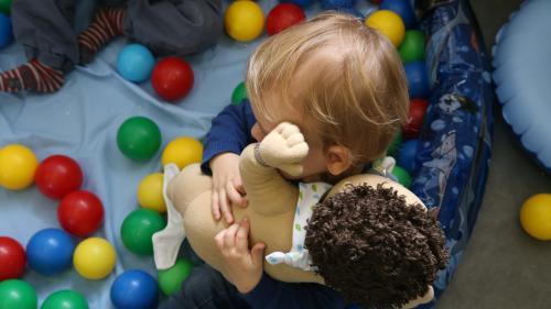 Garde d'enfants à domicile : le gouvernement veut simplifier le système pour éviter aux parents un décalage de trésorerie