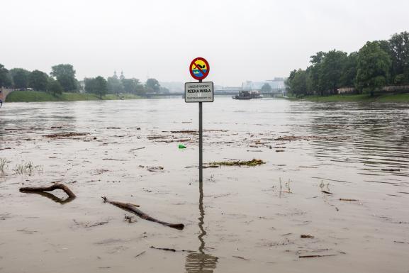 Une artère de Cracovie (Pologne) inondée le 24 mai 2019 après une crue de la Vistule.