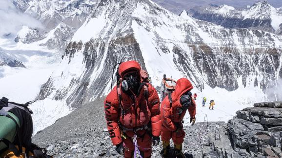 Les alpinistes sont moins nombreux surla face nord de l\'Everest(Chine), comme le montre cette photo d\'une expédition de Furtenbach Adventures prise le 23 mai 2019.