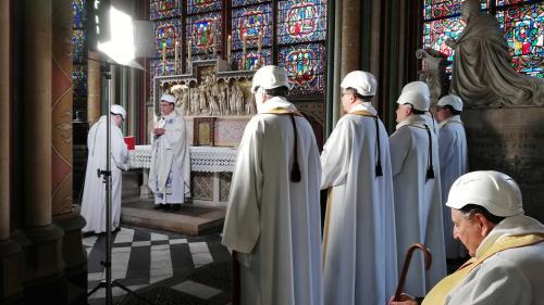 VIDEO. Notre-Dame de Paris : une trentaine de personnes ont pris part à la première messe depuis l'incendie