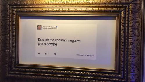 """Générateur de surnom, faux documentaire et """"covfefe""""... Visite guidée de l'exposition dédiée aux tweets de Donald Trump"""