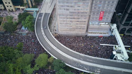 """Hong Kong : """"Près de deux millions"""" de manifestants dans la rue dimanche, selon les organisateurs, malgré la suspension du projet de loi controversé"""