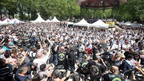 400 guitaristes fêtent l'anniversaire de Johnny Hallyday et décrochent un record mondial