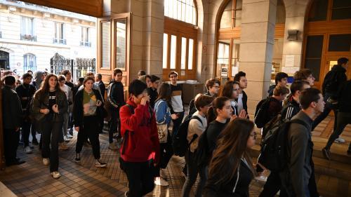 Bac : des enseignants affichent de faux sujets devant un lycée pour protester contre la réforme