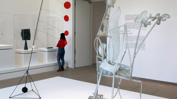 """L\'exposition Calder-Picasso au musée national Picasso (Paris) : \""""Objet avec disques rouges\"""" d\'Alexander Calder et \""""Femme au jardin\"""" de Pablo Picasso (19 février 2019)"""