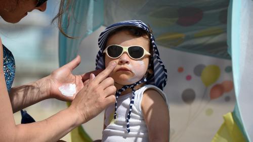 """Certaines crèmes solaires bio pour enfants ne sont pas suffisamment protectrices, selon """"UFC Que Choisir"""""""