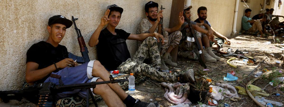 Des combattants fidèles au Gouvernement d'accord national (GNA) de Fayez al-Sarraj, reconnu internationalement, se reposent entre deux affrontements avec les forces fidèles à l\'homme fort de l\'Est, Khalifa Haftar, le 19 juin 2019dans la région d\'al-Sawani, au sud de Tripoli.