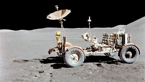 VIDEO. Vaisseaux, drapeaux, poches de caca... Sept chiffres qui résument tout ce que l'être humain a abandonné sur la Lune