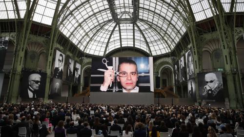 """""""Karl for ever"""" : le vibrant hommage des artistes au couturier Karl Lagerfeld au Grand Palais à Paris"""