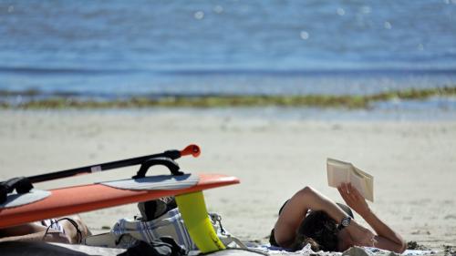 Vacances d'été : dix livres de poche à glisser dans la valise sous le paréo