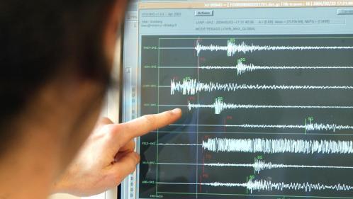 """DIRECT. """"C'est comme si un camion était rentré dans la mairie"""" : un séisme de magnitude 4,9 a été ressenti dans l'ouest de la France"""