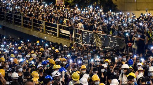 """Hong Kong : la police annonce une enquête après le blocage """"illégal"""" de son QG par des manifestants"""