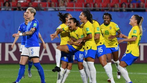 """""""Les Brésiliennes, c'est une passe, un dribble, la rapidité..."""" : à Rio, les fans de foot n'attendent qu'un France-Brésil pour s'enflammer"""