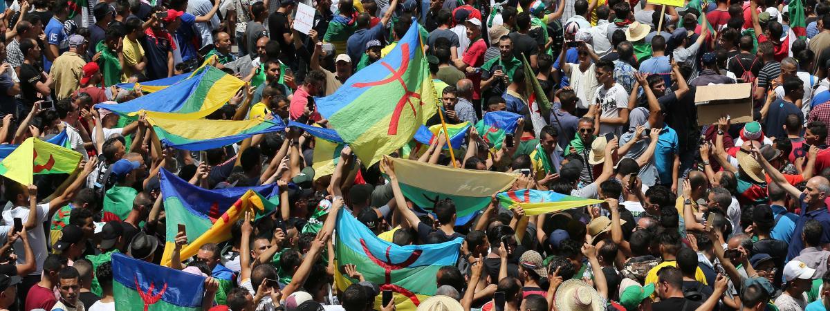 Des manifestants algériens brandissent le drapeau amazigh, le 21 juin 2019, à Alger.