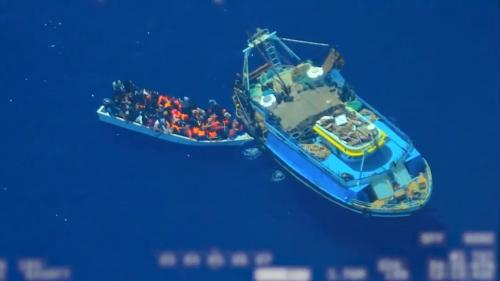 VIDEO. Des passeurs filmés en train de faire embarquer des migrants sur un canot au large de l'Italie