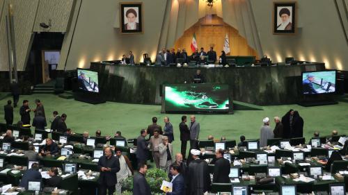 """Iran : en pleine session parlementaire, les députés scandent """"mort à l'Amérique"""""""