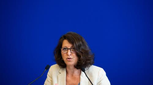 """La ministre de la Santé Agnès Buzyn a appelé ce lundi les Français à ne pas """"minimiser"""" les risques pour la santé liés à la canicule, soulignant qu'ils ne concernaient pas seulement les """"personnes vulnérables"""" mais """"chacun d'entre nous"""" Thread >"""